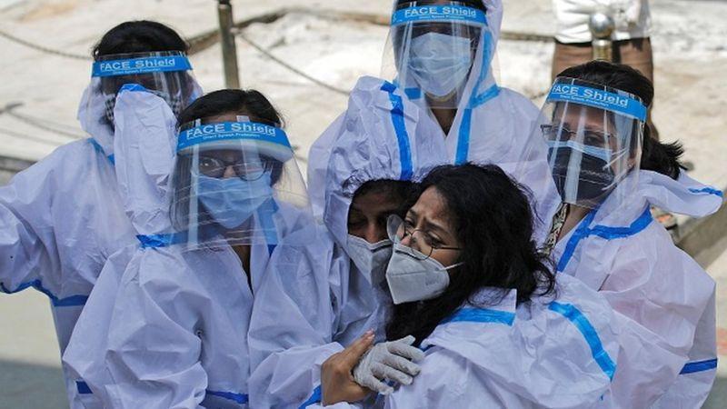 Grupo de trabalhadoras da saúde com equipamento de proteção individual. (Foto D.R. Reuters)