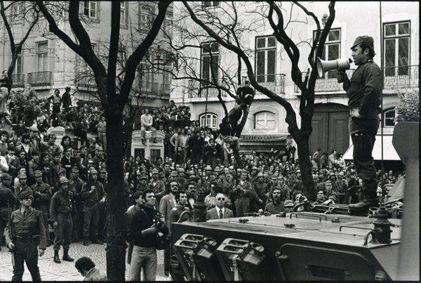 Largo Carmo (25 de abril de 1974). Foto D.R. Cortesia Irmãos Tavares/Associação 25 de Abril, a partir da Revisa VISÃO